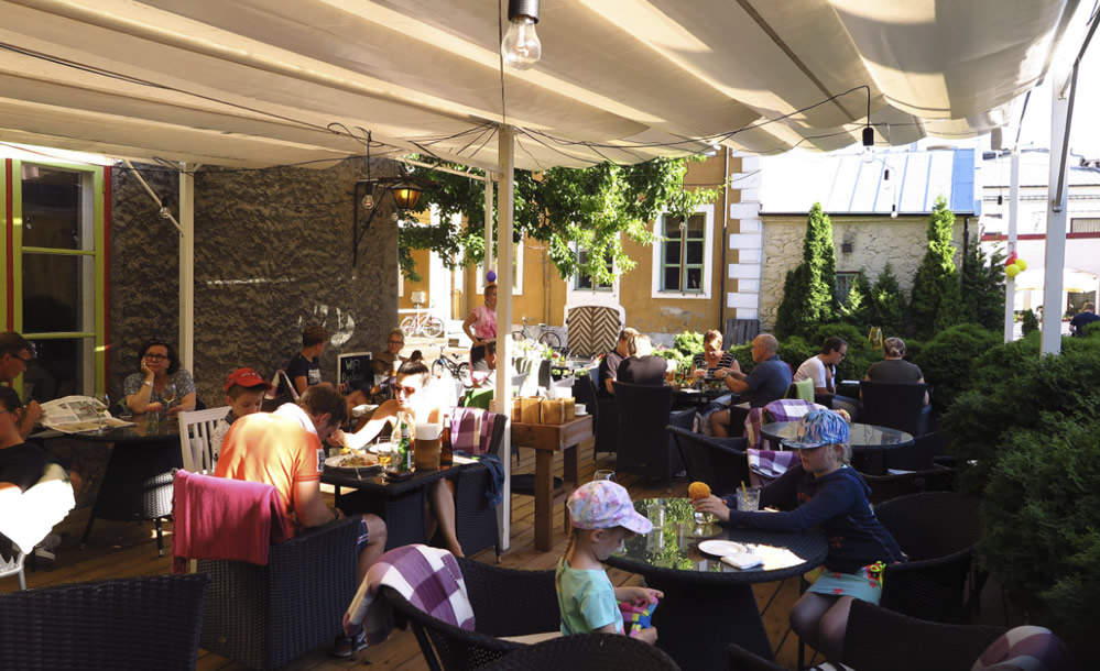 """Kohvik-restoran Hea Maa"" terrass. Foto Kristina Herodes"