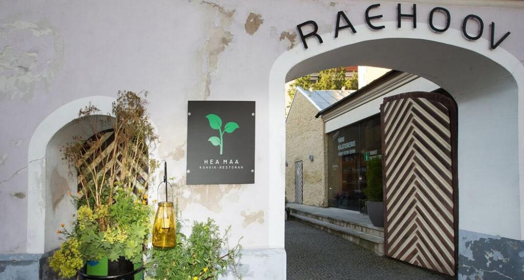 Kohvik-restoran Hea Maa Pärnu ajaloolise raekoja hoovi sissepääs