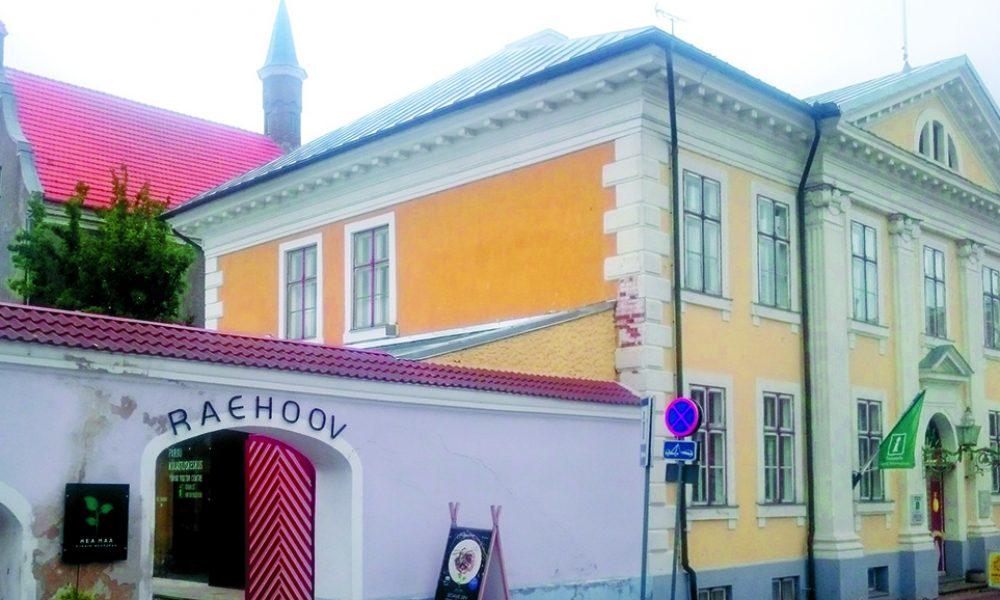 Pärnu ajalooline raekoda. Mida teha Pärnus?
